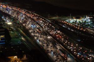 ネットの混み具合を実際の道路の渋滞している画像で表現している