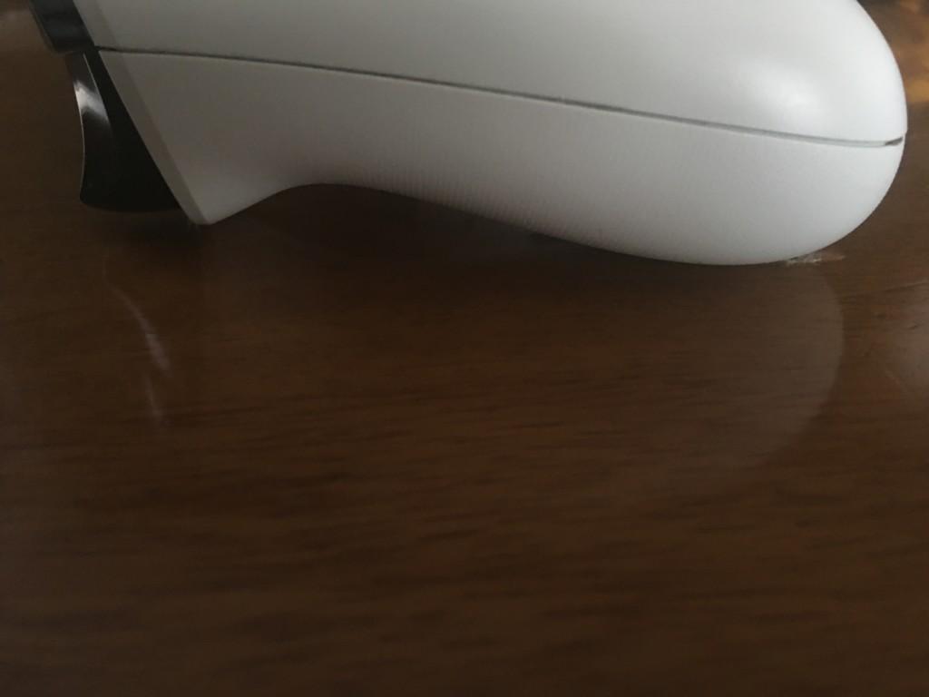 コントローラーを分解していくためにカバーの隙間の爪を外す