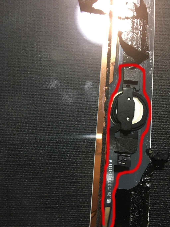 ホームボタンやそのセンサーのパーツなどが接着剤で接着されている状態