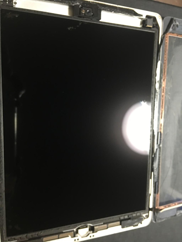 iPad Airの本体と画面を引き離した状態