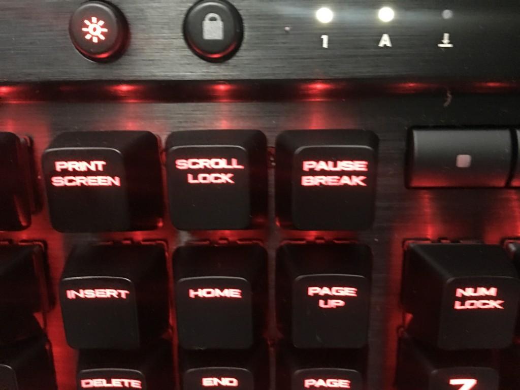 CAPS LOCKキーが有効になっていることでそのランプが点灯している