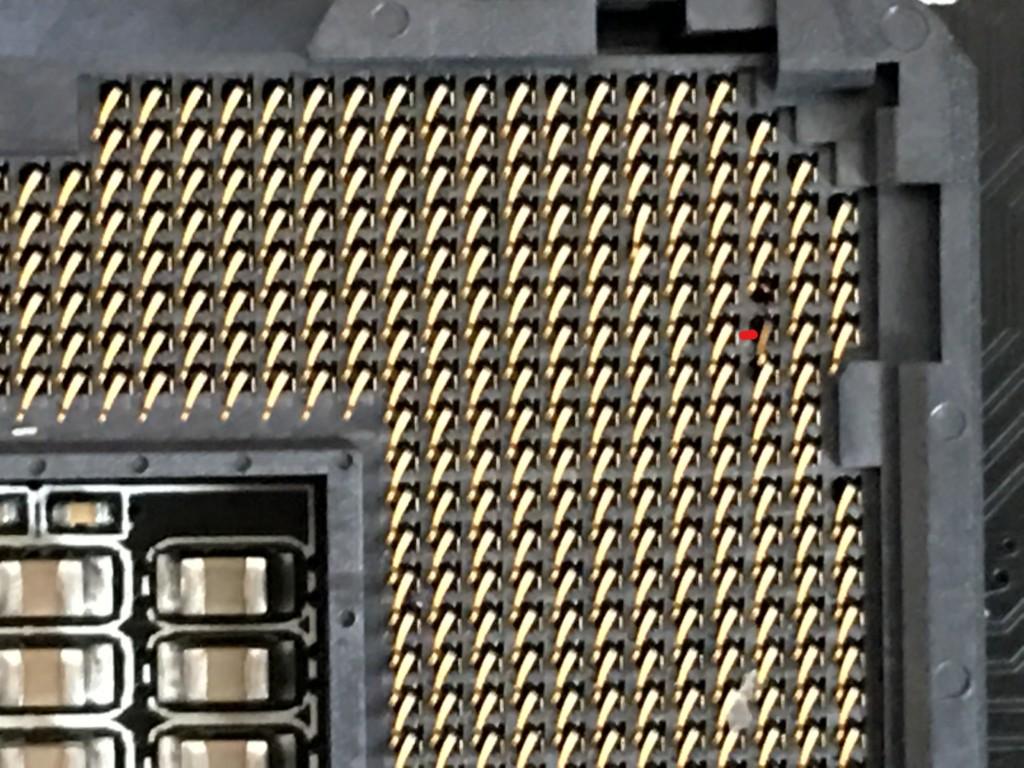 CPUソケットの右上のピンが折れたのかどこかに消えてなくなってしまっている