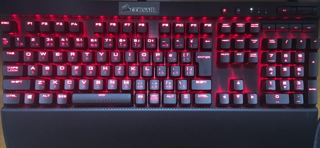 K70 LUX CherryMX Redにリストレストを取り付けた状態