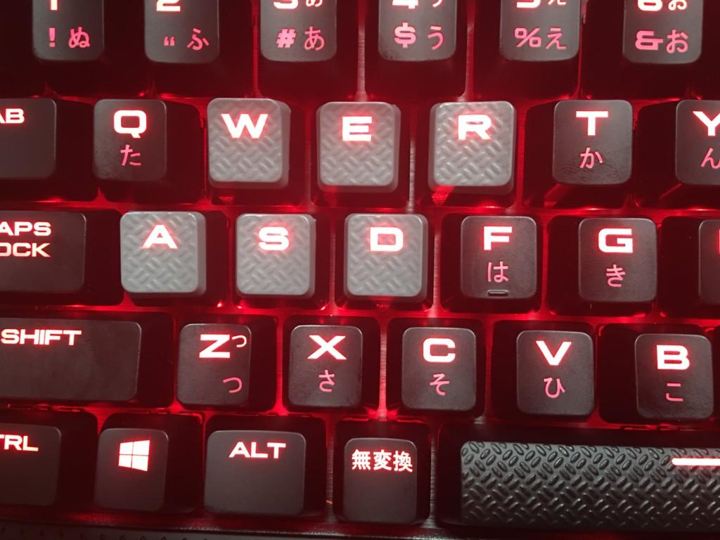 K70 LUX CherryMX Redに滑り止め加工がされているキーキャップを取り付けた状態