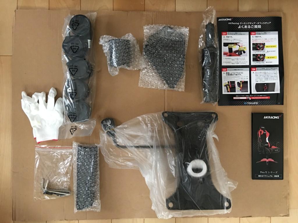 AKRACINGゲーミングチェアPRO-X-BLUEの小さな箱には手袋、キャスターやねじ、組み立てマニュアルなどが入っていた
