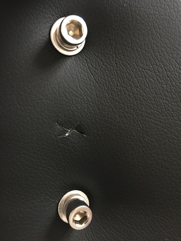 AKRACINGゲーミングチェアPRO-X-BLUEの背もたれ部分の側面には切れ込みがあるが、これは組み立ての工程上必要な切れ込みであり正常