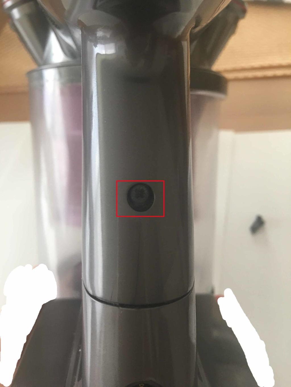 ダイソン(dyson) ハンディ掃除機の本体とバッテリとを繋げている上のねじを取る