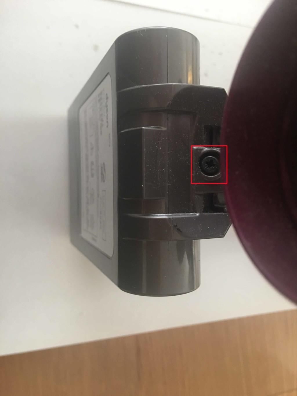 ダイソン(dyson) ハンディ掃除機の本体とバッテリとを繋げている下のねじを取る