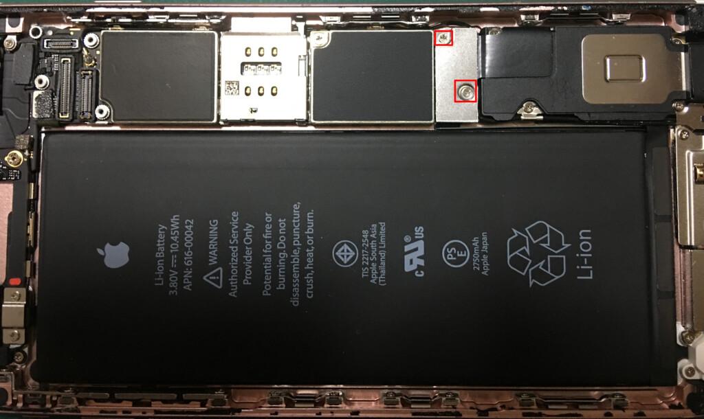 ⑨本体とバッテリーとを繋いでいるコネクターの保護プレートにあるねじを外し、保護プレートを取り外す