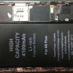 バッテリーを本体に貼り付けるときは、バッテリーとコネクターが干渉してしまわないようにあまりバッテリーをコネクター側に寄せすぎないように気を付けてください