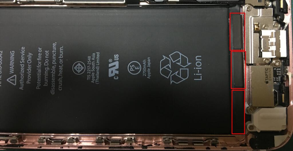 本体とバッテリーとを接着している3つの両面テープを剝がしていきます。