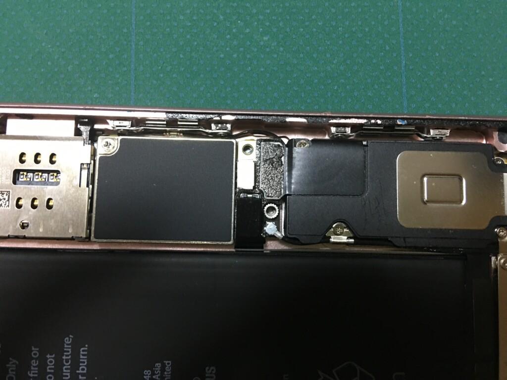 本体とバッテリーとを繋いでいるコネクターを外した状態
