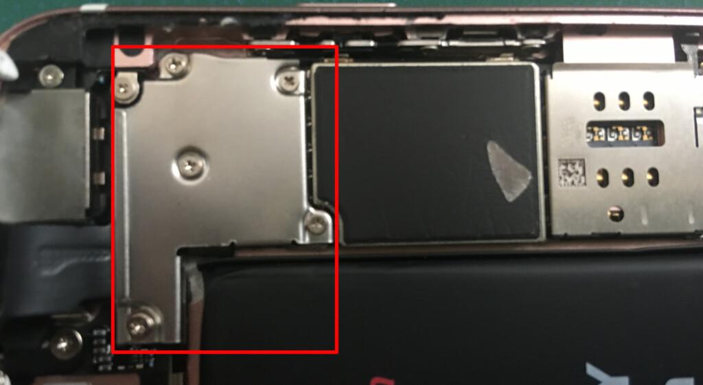 液晶画面のコネクターの保護プレートを取り付け、5つのねじをプラスドライバーを用いて取り付けます。